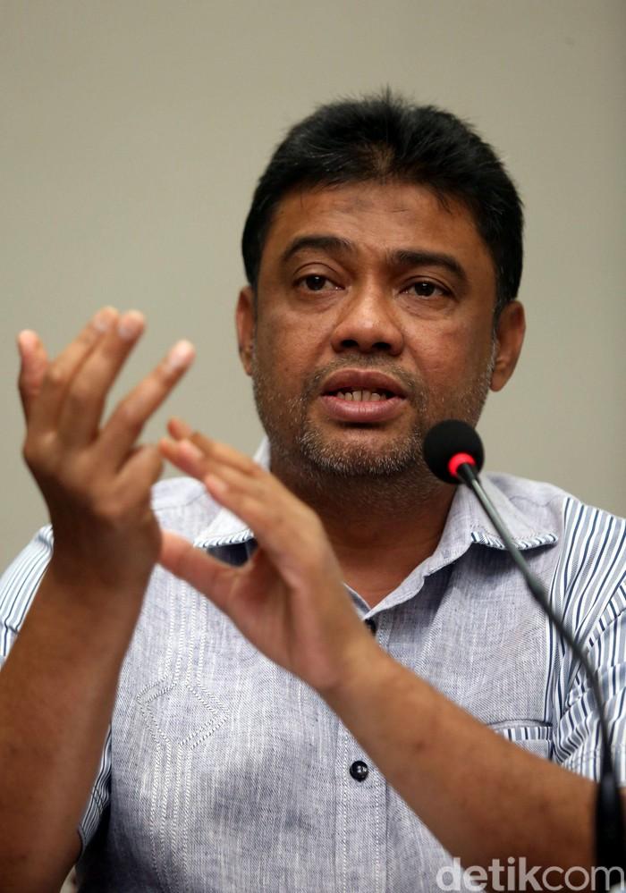 Presiden KSPI, Said Iqbal, hadir saat KSPI memberikan keterangan pers di hadapan awak media di Jakarta, Minggu (16/2/2020).