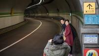 Lokasi syuting film Parasite yang mendadak populer lainnya adalah terowongan Jahamun, tampak sepasang kekasih berfoto di terowongan itu.(ED JONES/AFP)
