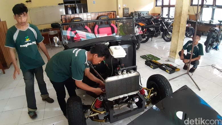 Penyandang Disabilitas Ubah Motor Rongsokan Jadi Mobil Kafe