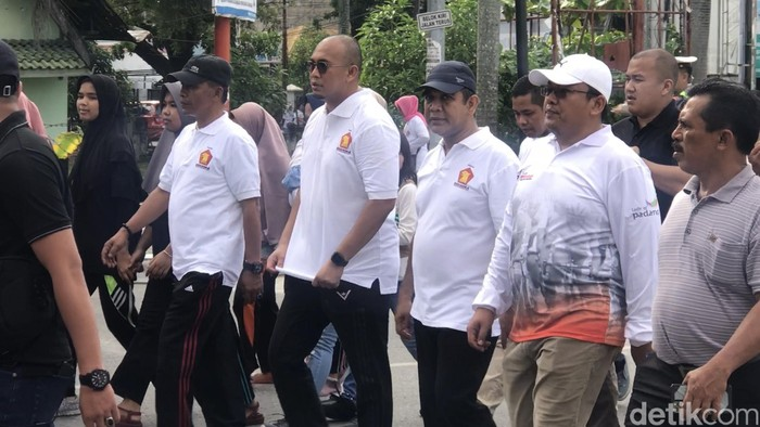 Sekjen Partai Gerindra Ahmad Muzani bertopi hitam, nampak politikus Gerindra Andre Rosiade. (Jeka Kampai/detikcom)