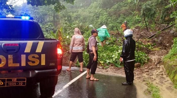 Terjebak Banjir dan Longsor, Wisatawan Geopark Ciletuh Tak Bisa Pulang