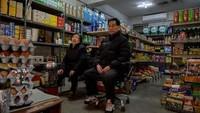 Selain Sky Pizza, toko grosir milik Kim Kyung-soon (kiri)di Pig RiceSupermarket juga digunakan untuk syuting Film Parasite. Toko ini juga kian ramai dengan traveler. (EdJONES/AFP)