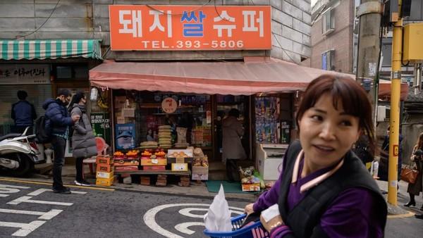 Kedai Sky Pizza itu dinamai Pizza Age dalam film Parasite itu berada di 86, Noryangjin-ro 6-gil, Dongjak-gu, Seoul. Tokonya buka dari pukul 10.00-22.00 waktu setempat. (ED JONES/AFP)