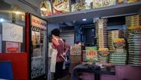 Tuh, tumpukan kardus pizza di Sky Pizza yang digunakan untuk syuting film Parasite. (ED JONES/AFP)