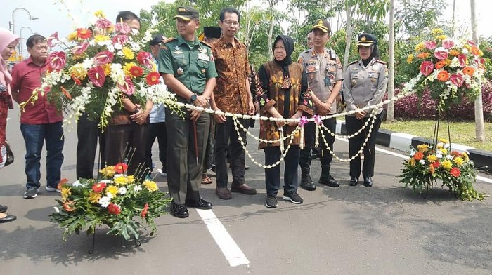 Wali Kota Surabaya Tri Rismaharini meresmikan Jalan MERR-IIC ruas Gununganyar Sabtu (15/2). Peresmian itu dihadiri tokoh masyarakat dan kalangan lainnya.