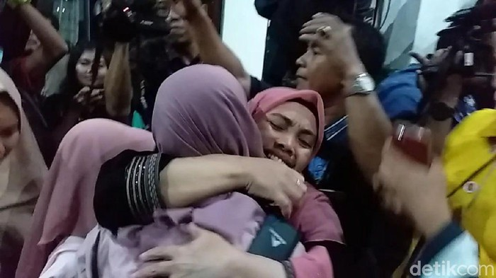 Puluhan warga Jatim yang pulang dari Wuhan, China bertemu keluarga tercinta setelah menjalani karantina di Natuna. Sebanyak 62 warga tiba di Bandara Juanda pukul 22.16 WIB.