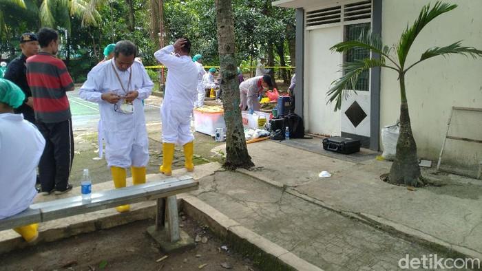 Petugas Batan bersihkan sisa limbah radioaktif di Batan Indah, Tangsel. (Sachril Agustin Berutu/detikcom)