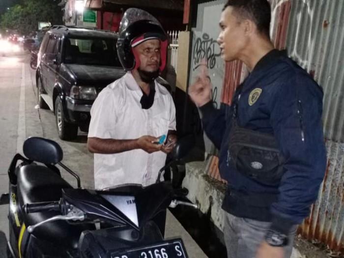 Pengungsi luar negeri berkendara bebas tanpa SIM, ditangkap petugas Rudenim. (M Nur Abdurrahman/detikcom)