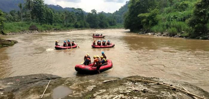 Tim SAR melakukan pencarian seorang pria yang nekat menceburkan diri ke sungai di Sukabumi. Pria itu diduga depresi hingga nekat menceburkan diri ke sungai.