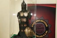 Seperangkat pakaian perang juga ditampilkan di dalam sebuah kotak kaca yang ada di area pameran tersebut.