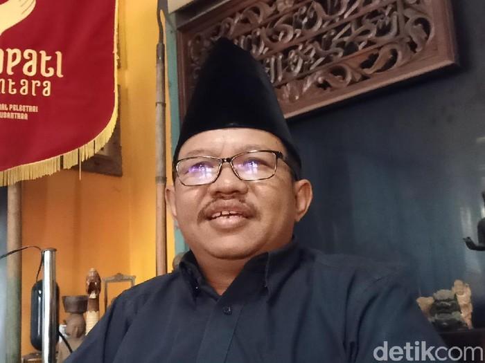 Seskab Pramono Anung mengatakan, Presiden keempat RI Abdurrahaman Wahid (Gus Dur) lengser gara-gara mengunjungi Kediri. Namun budayawan Kediri, Imam Mubarok membantah hal itu.