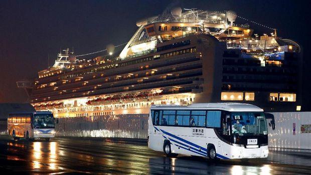 Warga AS dibawa dengan bus dari pelabuhan Yokohama yang menjadi lokasi karantina kapal pesiar Diamond Princess, menuju Bandara Haneda untuk diterbangkan ke AS