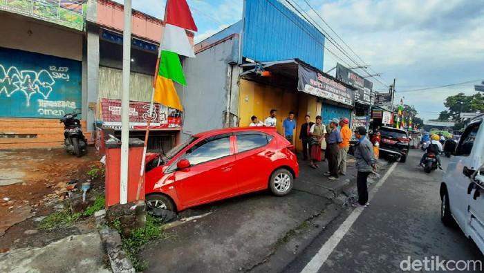 Mobil Tabrak Pelajar SMP Garut