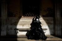 Karnaval kostum jadi salah satu acara yang paling dinanti di Venesia oleh warga maupun wisatawan. Pasalnya di karnaval itu mereka dapat mengenakan beragam kostum serta topeng yang unik saat berkeliling kota.