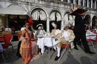 Sejumlah orang mengenakan kostum ala bangsawan Eropa di masa silam saat ikut serta memeriahkan karnaval kostum di Venesia, Italia.