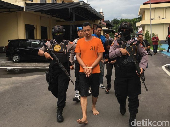 Kusnan Ghoibi alias Ali (29), warga Kecamatan Turen, Malang menipu 5 janda dengan menjadi TNI AL gadungan. Ia mencuri barang berharga milik para korban setelah menyetubuhi mereka.