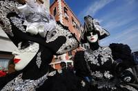 Sejumlah orang mengenakan kostum dan topeng saat ikut serta memeriahkan karnaval kostum yang diselenggarakan di kawasan Venesia, Italia, pada Minggu (16/2/2020) waktu setempat.