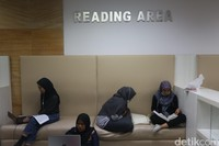 Salah satu sisi yang berada dilantai atas itu adalah ruang baca yang sangat nyaman.