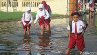 Banjir Rendam SD di Sidoarjo Sebulan, Kaki Para Siswa Gatal-gatal