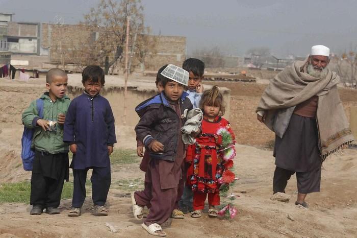 Konflik membuat warga Afghanistan tinggalkan negaranya untuk hidup yang lebih baik. Pakistan jadi salah satu negara yang menampung pengungsi dari Afghanistan.