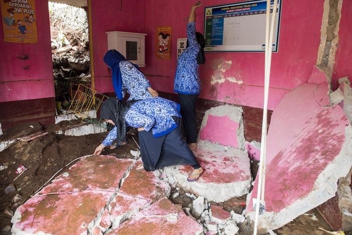 Sebuah bangunan sekolah di Kabupaten Bandung Barat mengalami kerusakan cukup parah. Bangunan sekolah itu diketahui rusak akibat longsor.