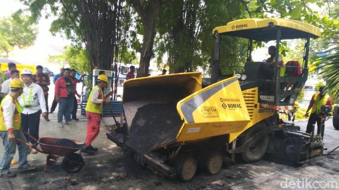 Pengaspalan jalan di kawasan Udinus Semarang memakai bahan aspal plastik, Senin (17/2/2020).
