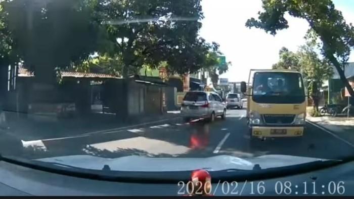 Tangkapan layar video mobil sedan hadang truk di Klaten, Senin (17/2/2020).