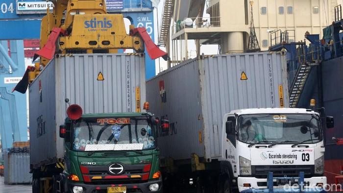 Aktivitas bongkar muat peti kemas di Terminal 3 Tanjung Priok, Jakarta, Senin (17/2/2020). Selama Januari 2020, ekspor nonmigas ke China mengalami penurunan USD 211,9 juta atau turun 9,15 persen dibandingkan bulan sebelumnya (mtm). Sementara secara tahunan masih menunjukkan pertumbuhan 21,77 persen (yoy).