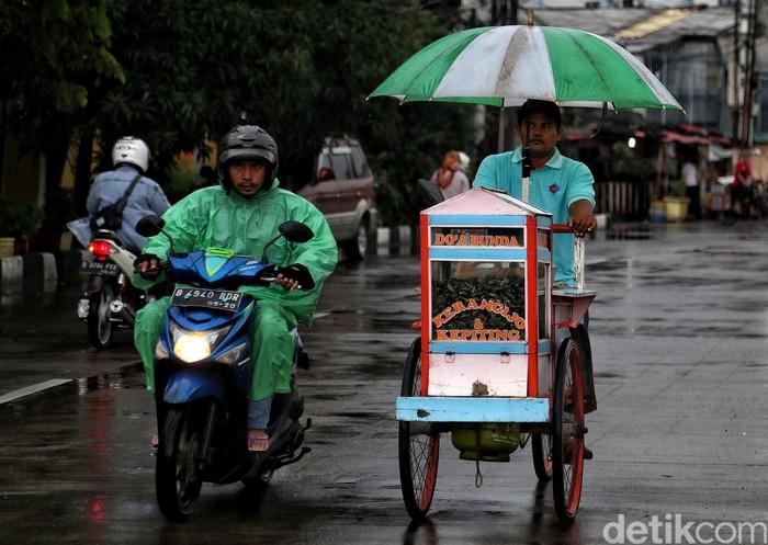 Musim hujan di Jakarta tidak membuat semangat para pedagang kendur. Mereka tetap berjuang mencari rezeki di tengah derasnya rintik air.