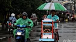 Semangat Juang Para Pencari Rezeki Menembus Hujan