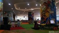 Memasuki Layanan Anak, kita akan disambut oleh ruangan yang penuh warna dan gambar. Deretan rak buku dengan ragam cerita anak pun terlihat lucu dan menyenangkan. (Syanti/detikcom)