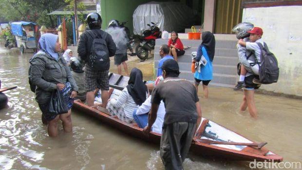Banjir Terjang Dayeuhkolot Bandung, Siswa SD Belajar di Pengungsian