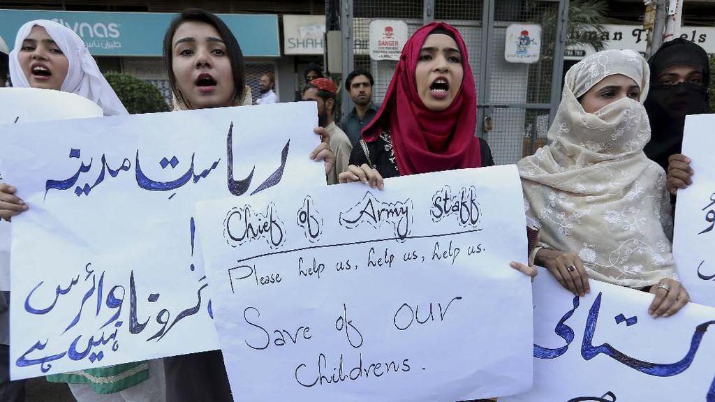Aksi Warga Pakistan Minta Keluarganya Dievakuasi dari Wuhan