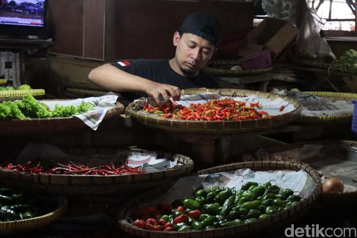 Harga cabai di Pasar Cicadas, Kota Bandung, Jawa Barat masih cukup tinggi. Kenaikan harga ini diakibatkan faktor cuaca.
