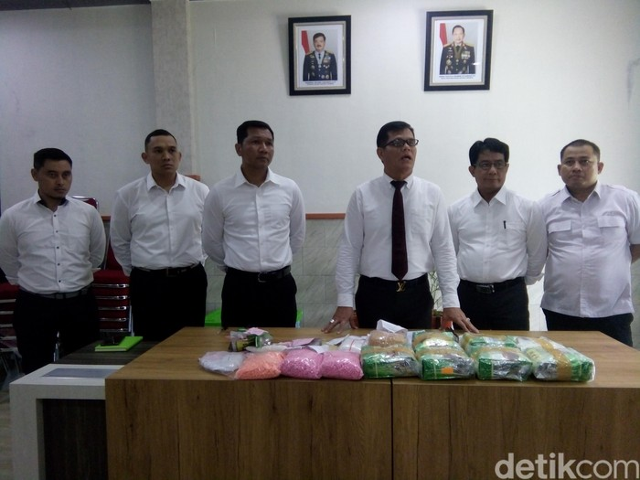 Polda Sumut menangkap 94 orang tersangka pengedar narkoba sejak awal tahun 2020. Tersangka yang diamankan ini dari 70 kasus di seluruh wilayah Sumatera Utara.