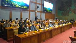 Saat Seniman Baca Puisi Protes Revitalisasi TIM di DPR