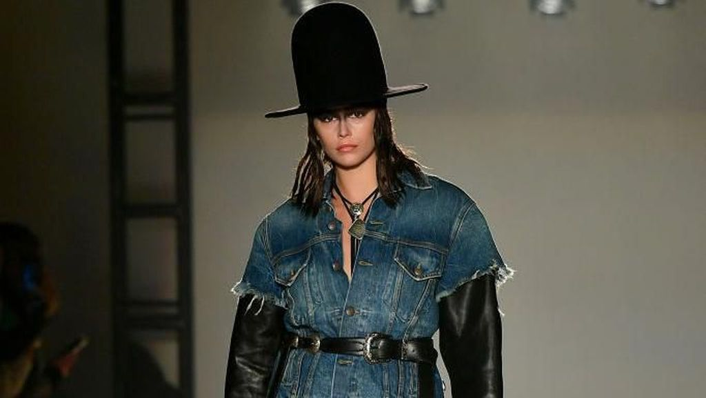 Foto: Gaya Kaia Gerber di New York Fashion Week, a la Koboi sampai Fierce