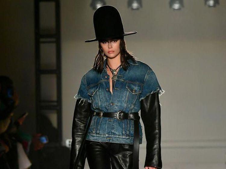 Foto: Gaya Kaia Gerber di New York Fashion Week, a la Koboi sampai Fierce
