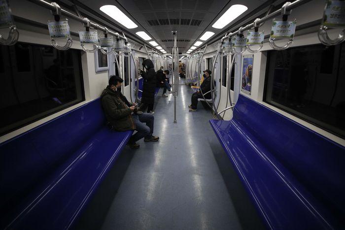 Hanya terlihat beberapa penumpang di salah satu gerbong kereta bawah tanah di Beijing, Senin (17/2).