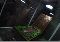 Seorang pengunjung sedang melihat artefak berupa jejak telapak kaki di Pameran Artefak Rasulullah SAW dan para Sahabat Nabi di Museum Situs Kepurbakalaan Banten di Serang, Senin (17/2/2020).
