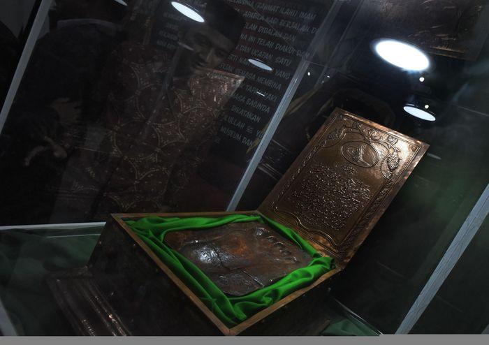 Pameran Artefak Artefak Rasulullah SAW dan para Sahabat Nabi digelar di kawasan Banten. Sejumlah benda peninggalan Nabi Muhammad ditampilkan di pameran itu.