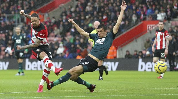 Southampton's Danny Ings, left, scores his side's first goal of the game against Burnley, during their English Premier League soccer match at St Mary's Stadium in Southampton, England, Saturday Feb. 15, 2020. (Nigel French/PA via AP)