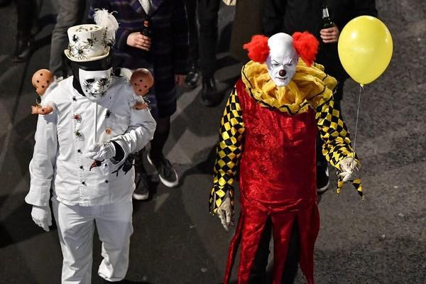 Salah satu peserta parade itu tampak mengenakan kostum karakter Pennywise yang ada di dalam film horor IT.