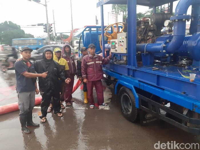 DPU Bandung terjunkan mobil pompa air tangani banjir Gedebage