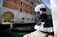 Tak heran, banyak wisatawan lokal maupun mancanegara yang datang ke Venesia untuk melihat langsung atau bahkan ikut serta memeriahkan karnaval kostum tersebut.