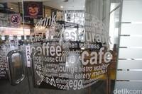 Cafe yang terletak di lantai paling dasar ini juga mengesankan untuk para pengunjung bisa bersantai sejenak.