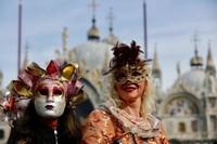 Karnaval yang digelar di akhir pekan ini membuat Lapangan St. Marks ramai dipenuhi oleh warga maupun wisatawan yang mengenakan kostum serta topeng unik.