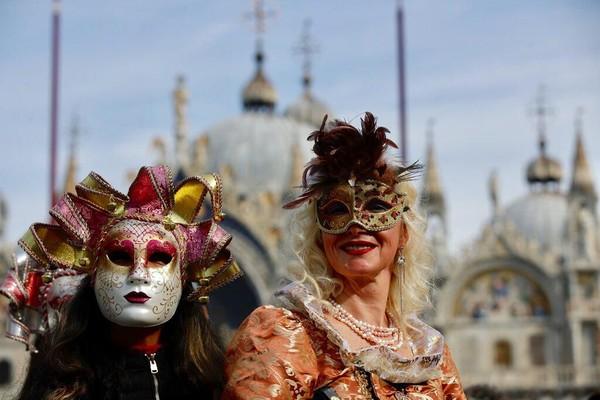 Penyelenggaraan festival topeng dan kostum di Venesia, Italia, pun turut terdampak virus corona. Festival itu dihentikan lebih awal guna mencegah penyebaran virus corona di kawasan Italia. AP Photo/Luca Bruno