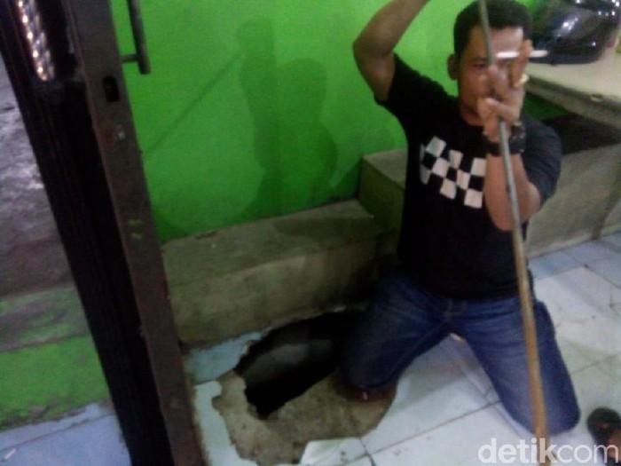 Asap dan uap panas keluar dari lantai rumah makan di Medan (Ahmad Arfah/detikcom)
