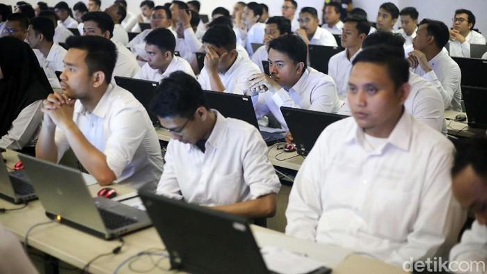 Para calon PNS mengikuti Seleksi Kompetensi Dasar (SKD) berbasis Computer Assisted Test (CAT) di Kantor Wali Kota Jaksel. Ada ribuan peserta yang mengikuti tes ini.
